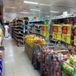 スーパーマーケットで釣り餌選び
